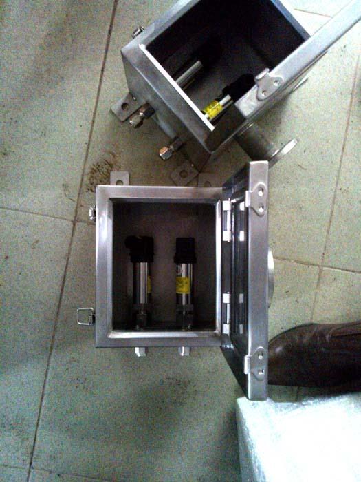 Cảm biến áp lực hầm hàng và hộp bảo vệ