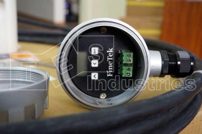 Bên trong hộp đấu nối của Cảm biến Finetek có chân nối nguồn và chân nối RS485 kèm màn hình cài đặt