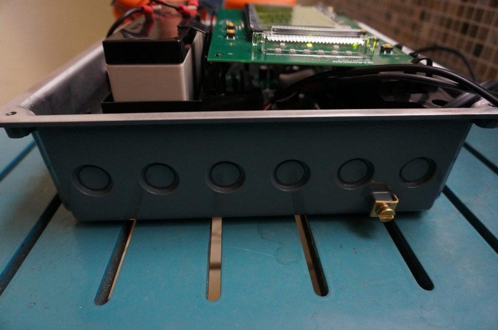 Crowcon Gasmaster phía luồn dây điện vào