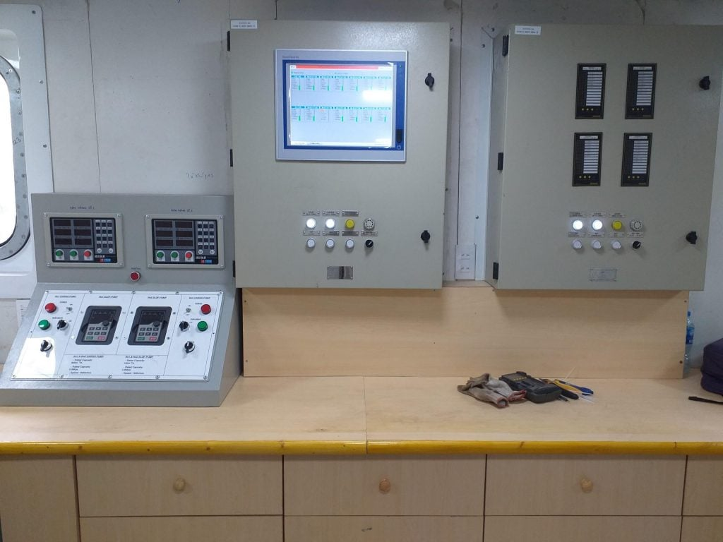 Tủ điều khiển kiểu treo vách