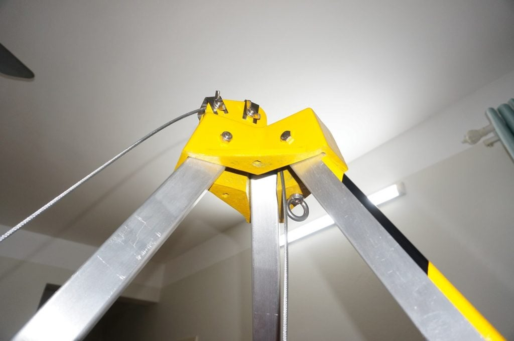 Pulleys integrated on tripod, wink rescues into narrow spaces